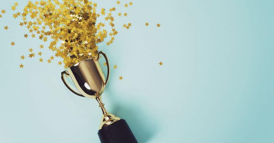 un trofeo dorado del que salen estrellas