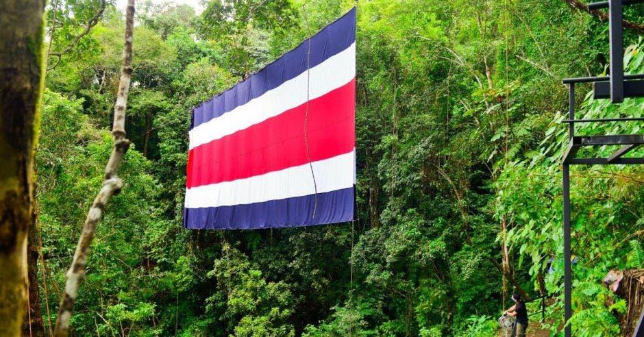 un bandera con azul, blanco y rojo, los colores del pabellón nacional de Costa Rica