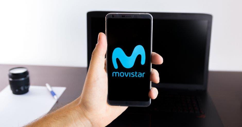 Persona sosteniendo un celular de Movistar