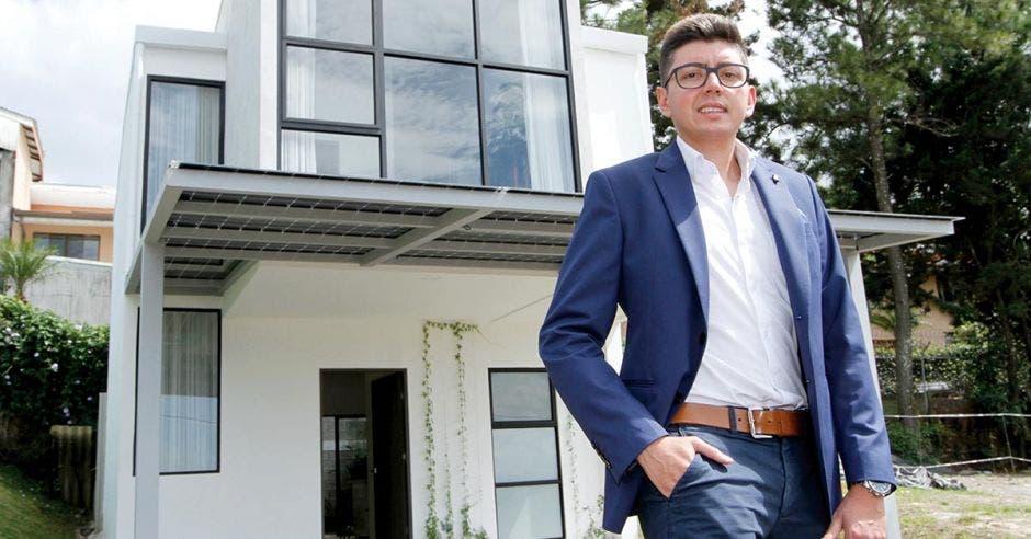 Andrés Borrero, gerente comercial de Urbania, afuera de la casa modelo de Bali Guachipelín
