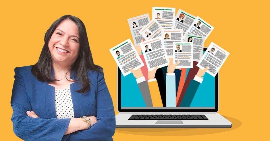 Ingrid Rosenberg al lado de una laptop con dibujos de brazos levantados sosteniendo CV
