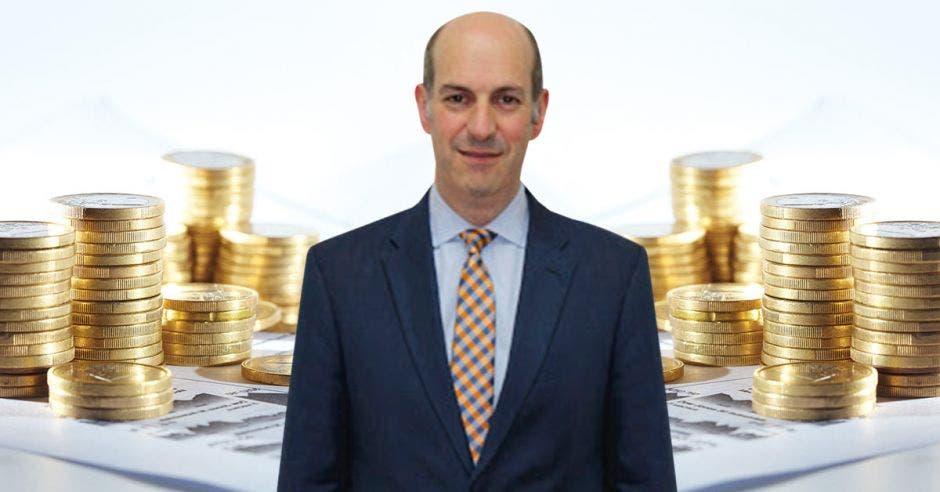 Hombre calvo frente a monedas