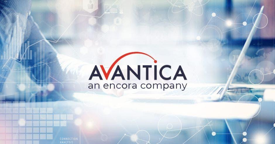 El logo de una empresa en colores azul y rojo sobre un concepto de tecnología