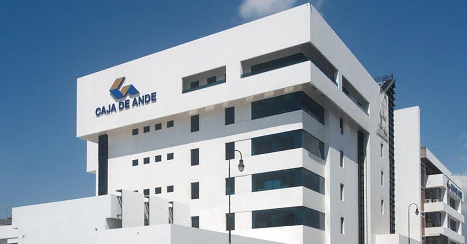 un edificio blanco con el logo de caja de ande en la parte superior