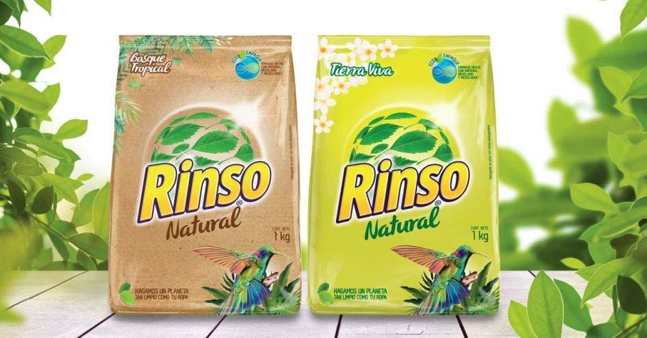 dos bolsas de detergente, una color café y otra color verde