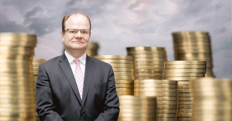 Hombre de traje frente a monedas
