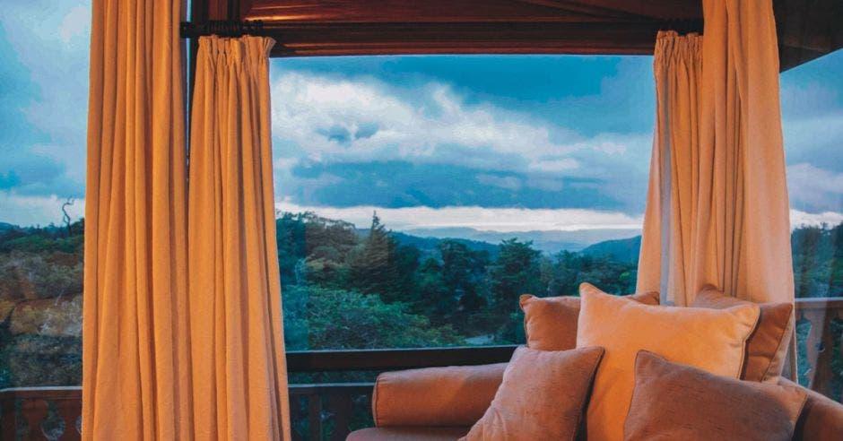 Habitación de hotel con vista al bosque