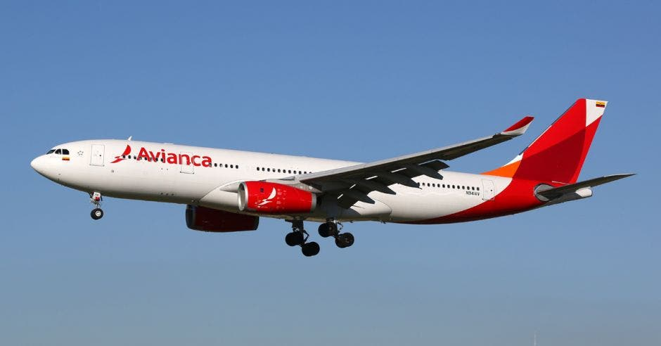 un avión blanco con rojo