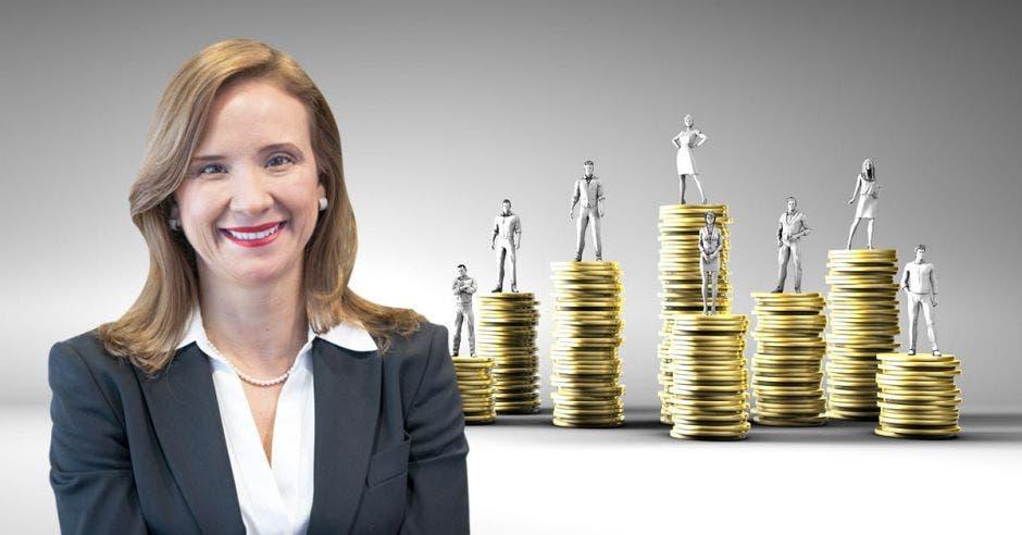 Mujer frente a columnas de monedas