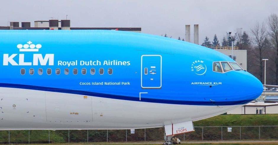un avión de grandes dimensiones en color celeste con blanco