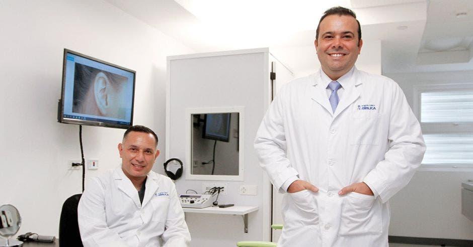 Los doctores Juan Olmo y Carlos Pereira en su consultorio del Hospital Clínica Bíblica