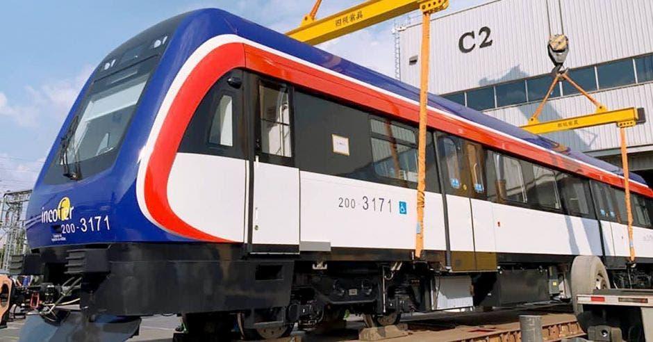 Momento en que se embarcaban los trenes en el puerto chino
