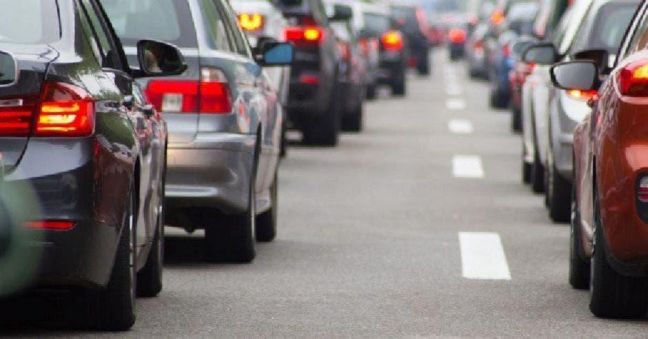 Una fila de carros en una carretera