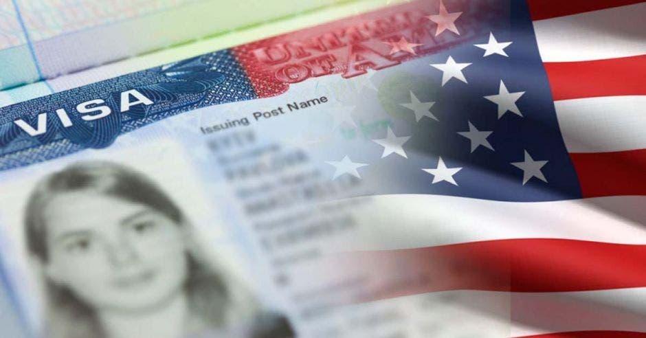 visa estadounidense sobre el fondo de la bandera nacional de franjas rojas y blancas