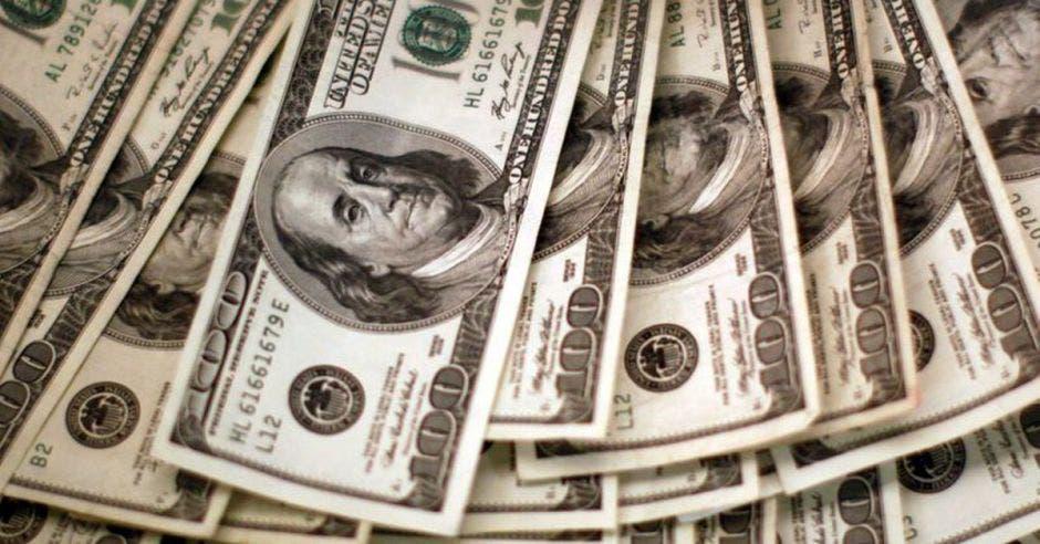 un puñado de billetes de 100 dolares americanos