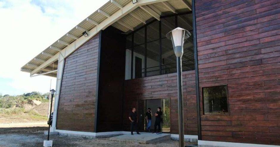 un edificio de madera de caoba de grandes proporciones