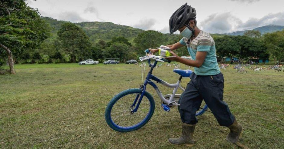 indigena en bici