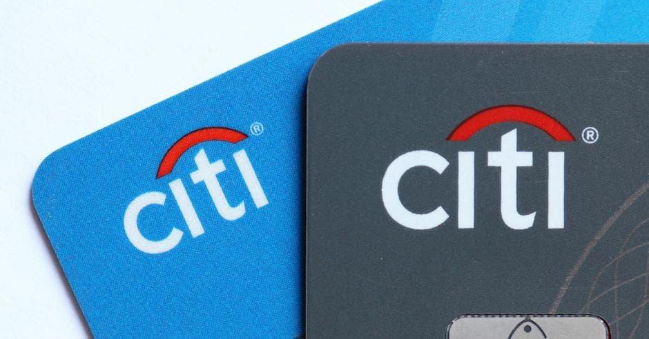 una tarjeta celeste y otra negra, ambas con el logo de citi
