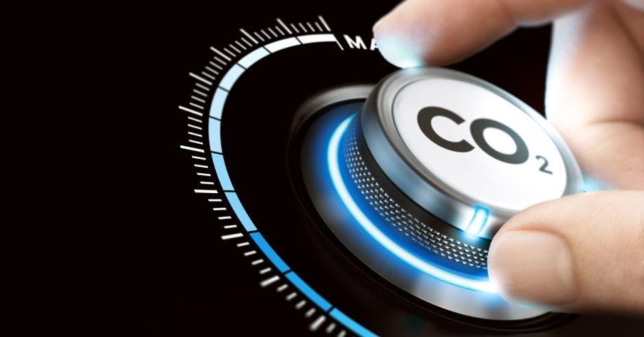 Hombre girando un botón de dióxido de carbono para reducir las emisiones