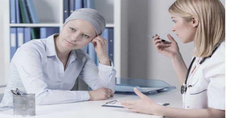 paciente con cáncer hablando con doctora
