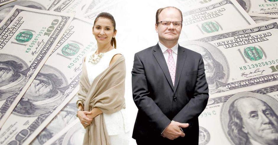 Mujer y hombre frente a dólares