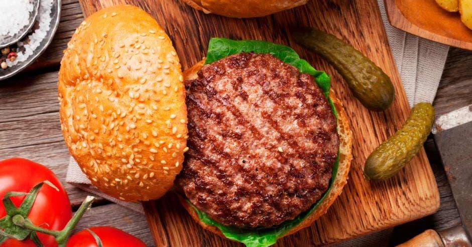 una hamburguesa con pepinillos