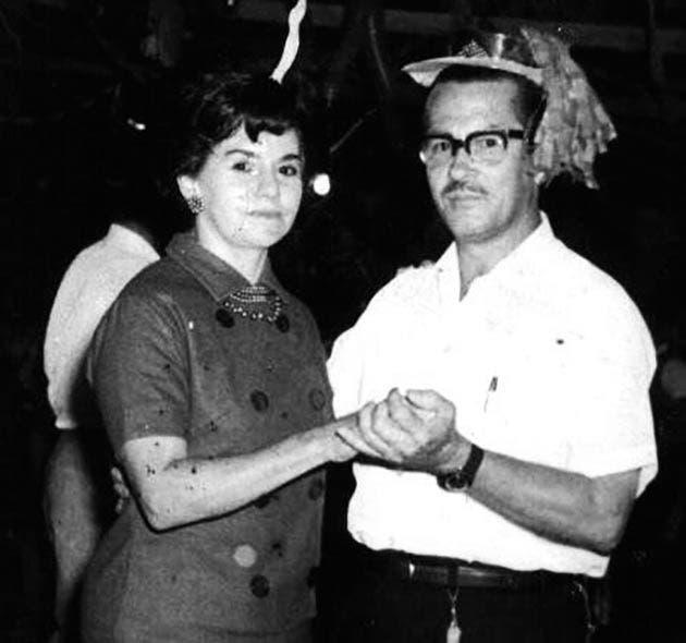 Anita Chanto Arguedas y Alfonso Quesada Hidalgo, durante un baile de fin de año en el parque Morazán, a finales de los años 50.
