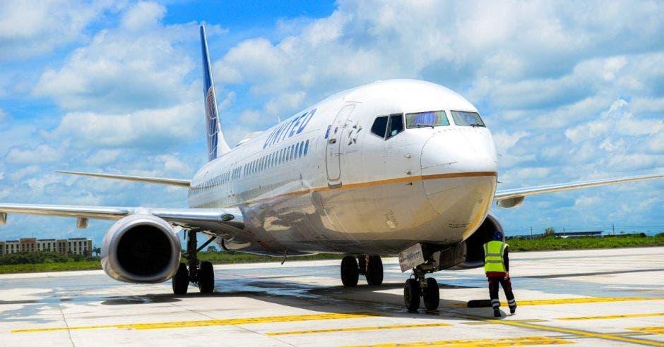 un avión de United Airlines color blanco con letras azules