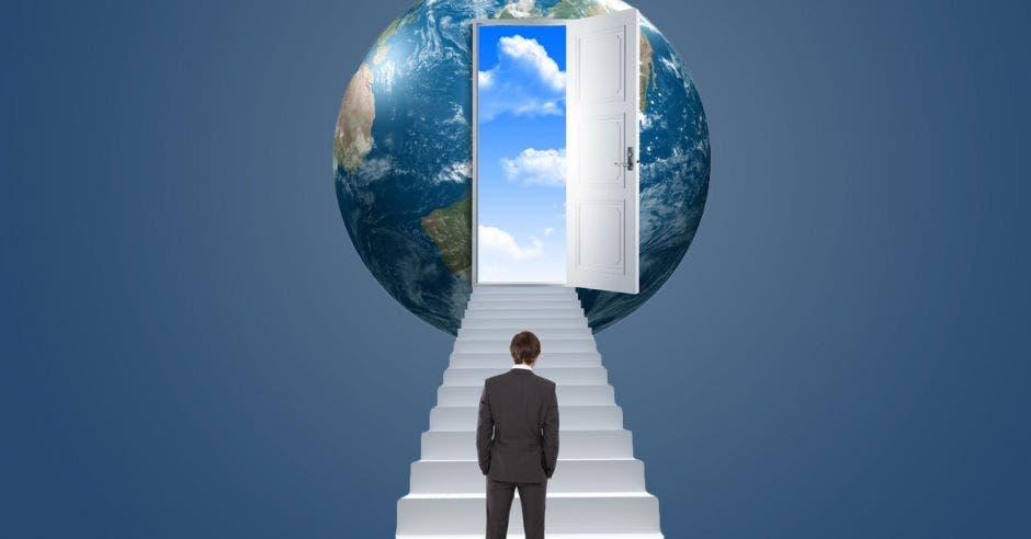 un hombre se dirige hacia un planeta con una puerta de entrada