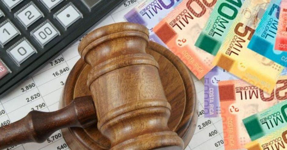 Mazo de juez y billetes