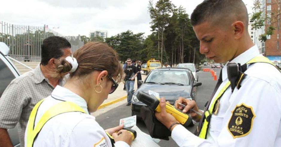 Oficiales de tránsito reunidos