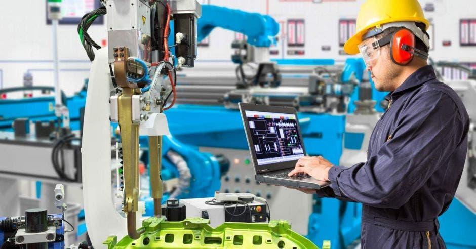 Trabajador en una planta de producción