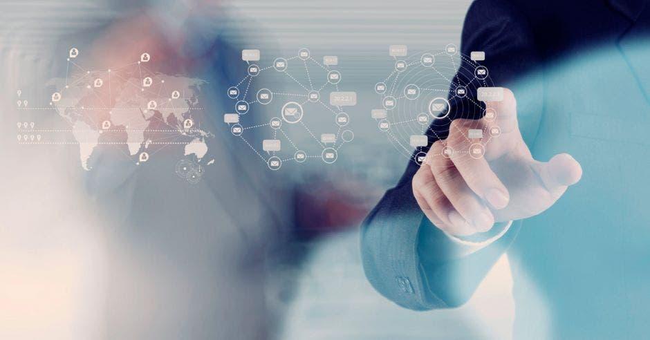 concepto de digitalización. Un hombre manipula una pantalla táctil con sus dedos.