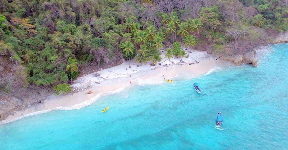 una playa con agua cristalina color celeste