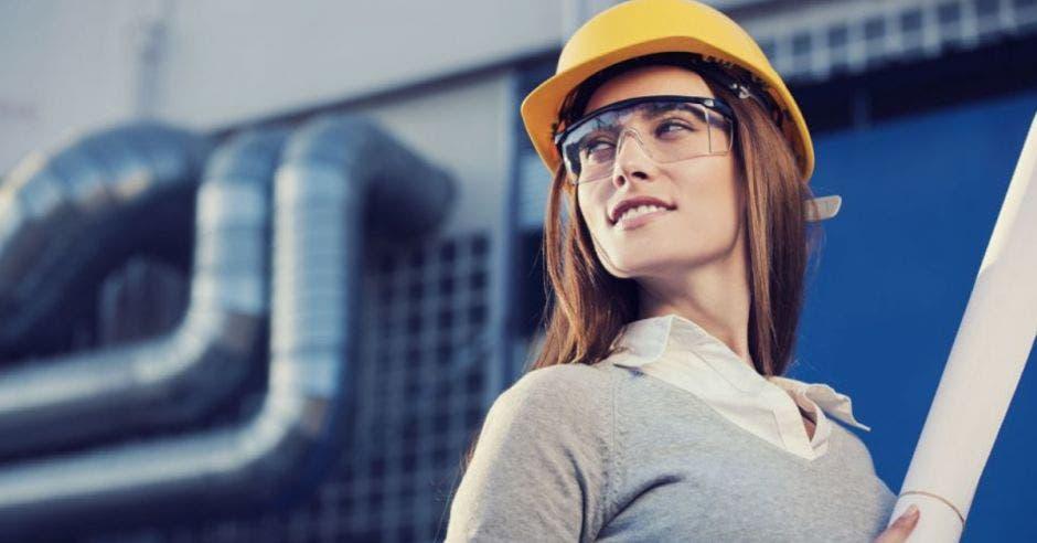 mujer con casco amarillo y lentes