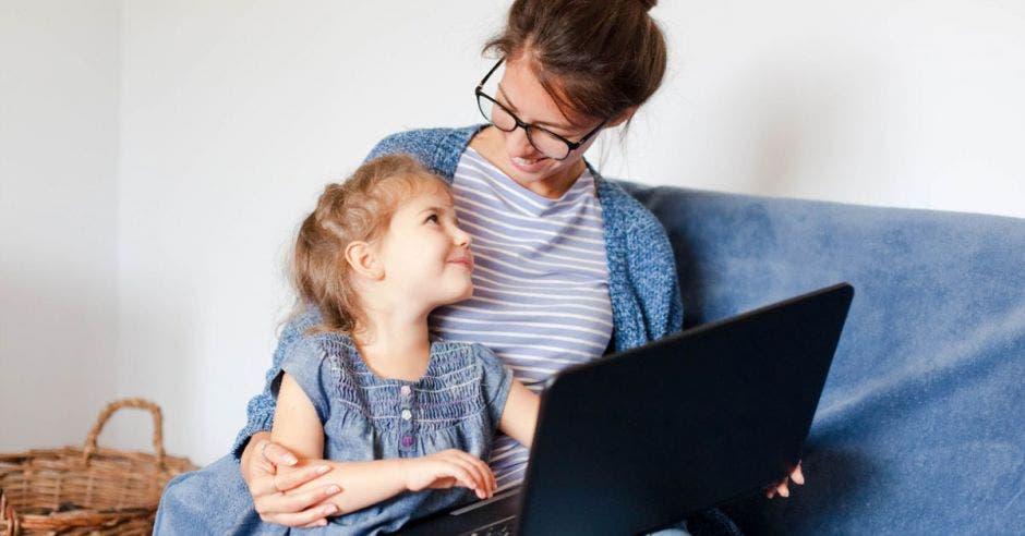 Una madre y su hija con una computadora