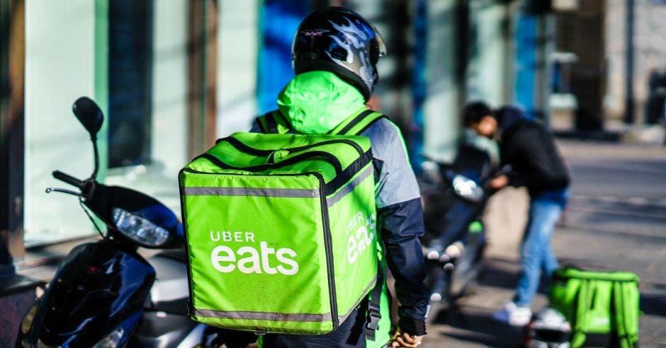 Persona en moto de Uber Eats
