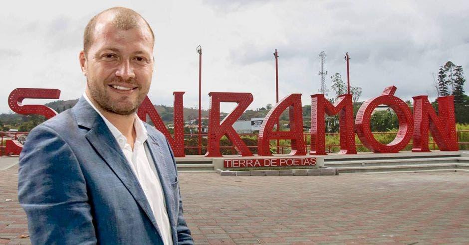 Nixon Ureña, alcalde San Ramón con fondo de letras que identifican el cantón