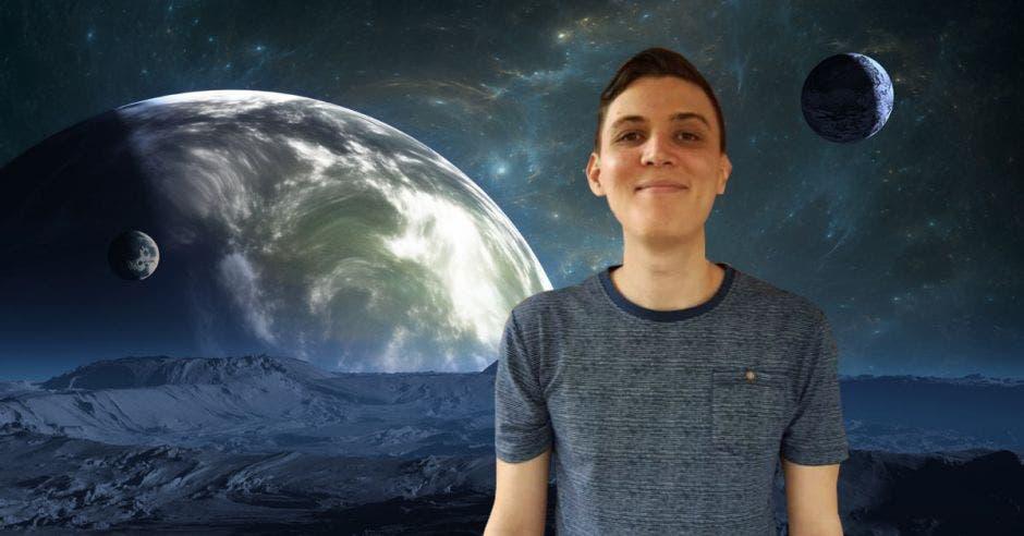 un joven sonriente sobre un fondo que muestra un planeta orbitando