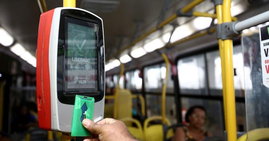 El cobro electrónico para buses y trenes