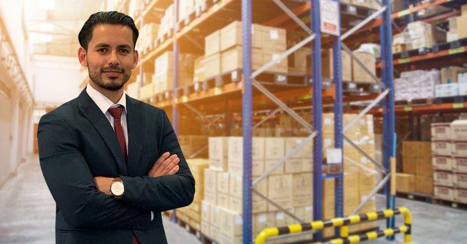 Hombre de traje frente a cajas