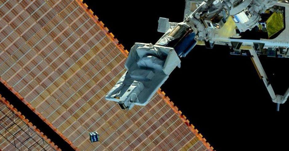un satélite gris lanzado a la órbita