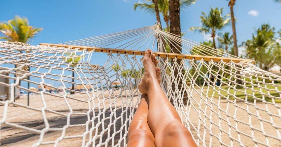 mujer de vacaciones de viajes selfie tumbado relajándose en la hamaca afuera tomando el sol