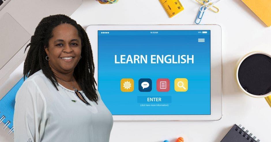 Una mujer de raza negra con rastas sobre un fondo de una tableta que dice Learn English