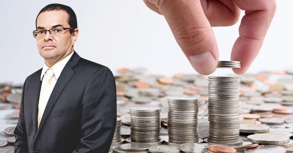 Hombre frente a monedas