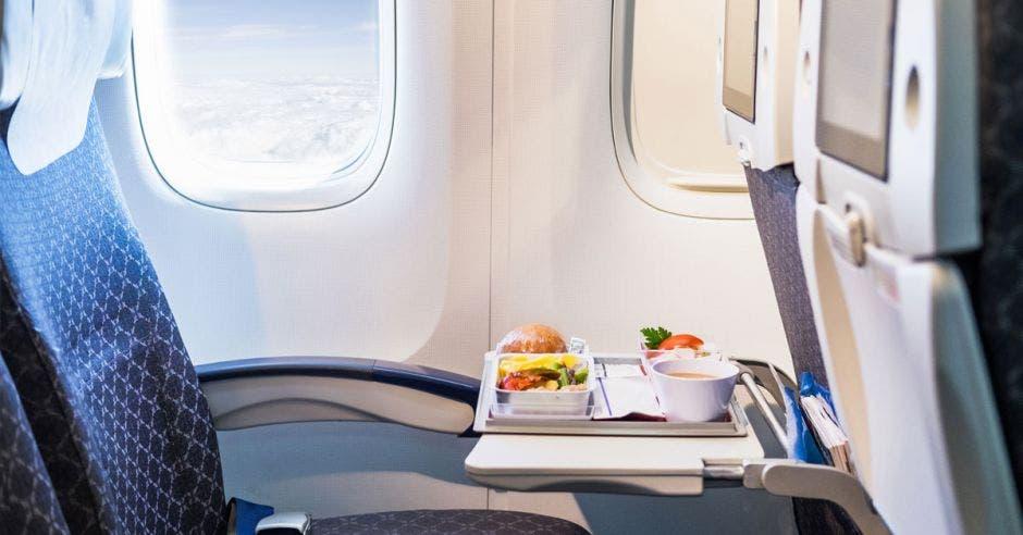 Bandeja de comida en un avión