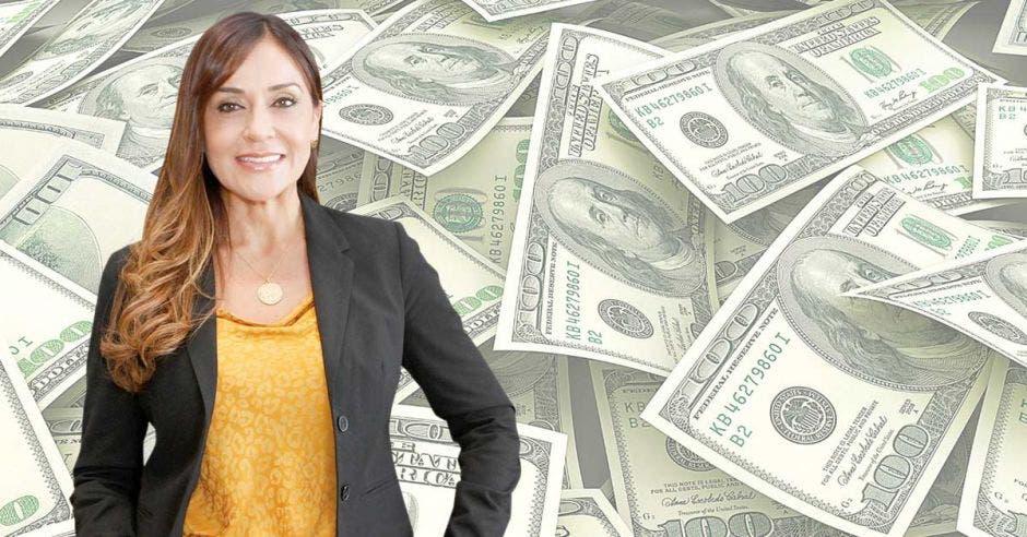 Mujer de amarillo frente a dólares