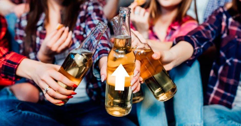 Personas tomando cervezas