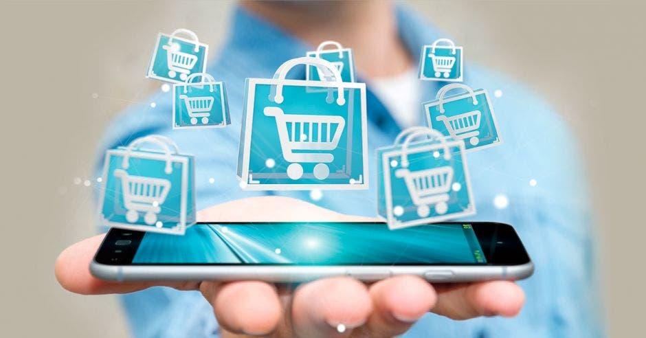 Persona con tablet en mano y dibujos de canasto de compras