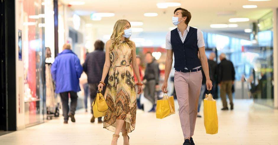 Pareja de compras en un centro comercial.